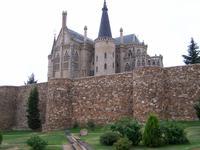 Stadtmauer und Bischofspalast in Astorga