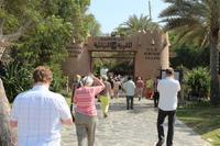 Reisegäste auf dem Weg ins Heritage Village