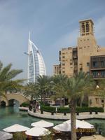 Madinat Jumeirah Souk mit Blick auf das Burj al Arab Hotel