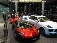 Luxusautos vor der Dubai Mall