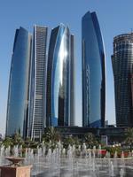 Blick vom Empfangsbereich im Emirates Palace auf die Neubauten