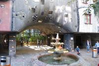 Torbogen mit Brunnen beim Hundertwasser Haus