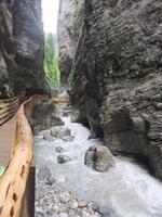 Die Wassermassen haben sich tief in das Gestein geschnitten