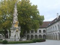 Die Pestsäule im Klosterhof