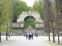 Der Bogen soll an die Verbindung der Habsburger zu den Römern erinnern