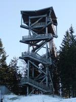 Einige Gäste erklimmen den Aussichtsturm auf dem Hirschenkogel