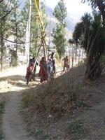 Eine Gebetsfahne wird aufgerichtet - Thimpu, Bhutan