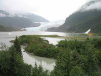 Spaziergang des Nugget Falls Trails zum Wasserfall beim Mendenhall-Gletscher
