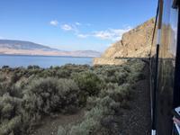 Der Rocky Mountaineer entlang des Lake Kamloops