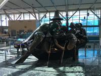 Haida-Skulptur auf dem Flughafen von Vancouver