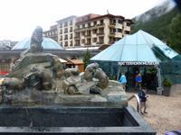 Der Murmeltierbrunnen mit dem Matterhornmuseum