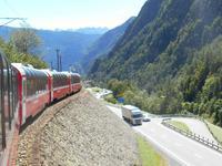 Fahrt mit dem Bernina-Express (Talabschnitt zwischen dem Lago di Poschiavo und Brusio)