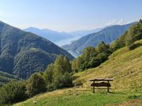 Ausblick vom Bergbauernhof Odro, unserem Tagesziel: vorne der Lago di Vogorno, an dem James Bonds