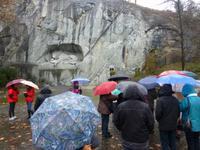 Gruppe bei Löwendenkmal während Stadtführung