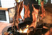Das Lamm wird über offenem Feuer gegart