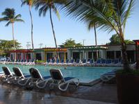 und der Pool mit den Zimmern im Motelbereich