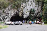 Zugang zu einer Tropfsteinhöhle im Karst
