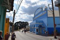 Die Hauptstraße in Sancti Spiritus führt zur Brücke über den Yayabo-Fluss