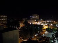 Blick aus dem provisorischen Hotel ins Nachtleben von Larnaka