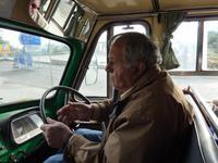 Chauffeur des Oldtimer Bedford-Busses