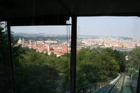 Hier besonders gut zu sehen. Links die Kleinseite und der Hradschin, rechts die Prager Altstadt.