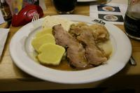 Wir konnten aus vier verschiedenen Gerichten wählen. Hier die Leibspeise vieler Prager: Schweinebraten mit böhmischen Knödeln und Sauerkraut.
