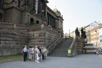 Unsere kleine Reisegruppe mit Reiseleiterin Jana vor dem Nationalmuseum.
