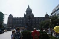 Das imposante Hauptgebäude des Nationalmuseums. Davor Wenzel auf seinem Pferd.