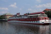 Dies hier ist nicht etwa ein Schiff, sondern ein schwimmendes Hotel. Näher an der Moldau kann man wirklich nirgends nächtigen.