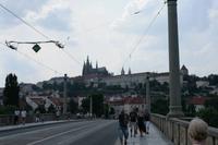 Nach der Bootstour machten wir uns auf zur Tramhaltestelle Malostranska. Dafür überquerten wir eine große Moldaubrücke.