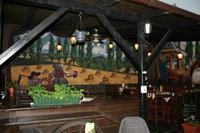 Auch im Biergarten gibt es einige sehenswerte Wandgemälde.