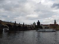 Die Karlsbrücke mit dem begrenzenden Altstädter Brückenturm.