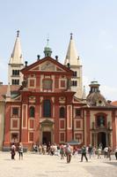 Die Georgsbasilika mit ihren charakteristischen weißen Türmen