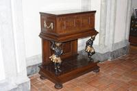 Alte Möbelstücke im Wallenstein-Palast