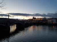 Blick auf die Prager Burg in der Dämmerung