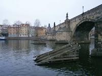Fahrt unter der Karlsbrücke hindurch