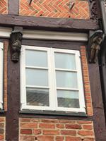 Stade - Holzschnitzereien an den Fenstern