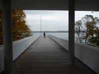 Vom Museum aus führt ein Steg hinaus über den See.