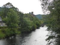 Beim Spaziergang in Heimbach über die Rur ohne h; die Burg Hengebach im Hinetrgrund
