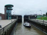 Ein Schiff fährt in die Schleuse am neuen Hafen