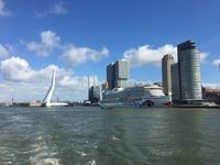 Blick auf AIDAprima und die Erasmusbrücke