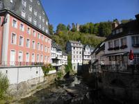 In Monschau. Links im Bild das Rote Haus. Blick zur Haller Ruine.