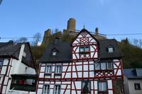 094 Vulkaneifel, Monreal, Fachwerkperle im Elzbachtal mit Ruine Löwenburg
