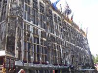 Die riesige Fassade des Aachener Rathauses