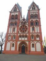 reich gehgliederte Westfassade des Limburger Domes