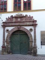 Bürgerhaus mit manieristischem Giebel in Saalfeld, verzierter Toreingang