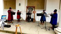 Die Bläsergruppe Neva Brass aus St. Petersburg spielt im Stallhof.
