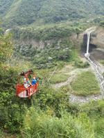 Seilbahnfahrt oberhalb von Banos