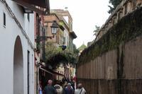Seitenstraße in Sevilla - Rechts ein Teilstück der alten Stadtmauer