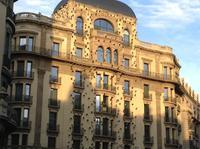 Fassade mit Augen - eine verrückte Stadt